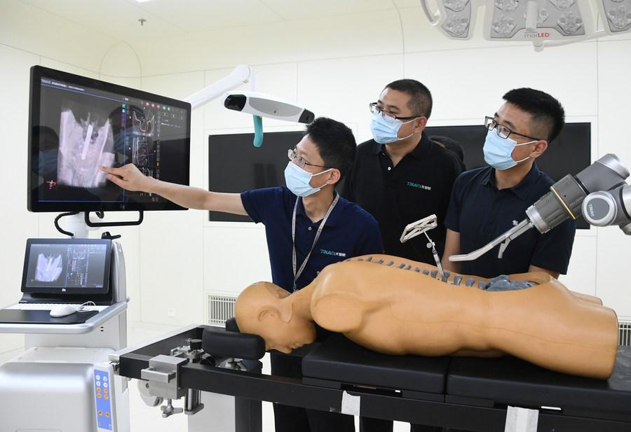 ปักกิ่งใช้ 'หุ่นยนต์' ช่วยผ่าตัดกระดูก-ข้อกว่า 400 ครั้ง