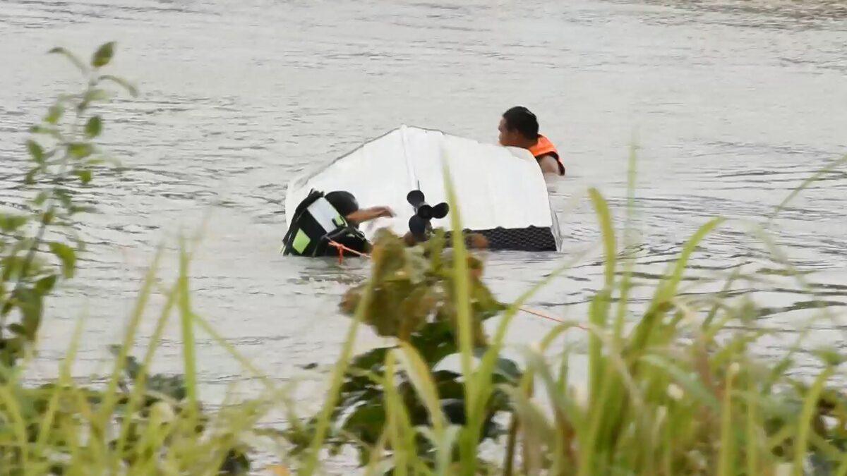 ปู่วัย 73 หวิดดับ ลองเครื่องเรือกลางแม่น้ำ ชนสายเคเบิลใต้สะพานคว่ำ น้ำซัดปลิว กู้ภัยโดดลงไปช่วย