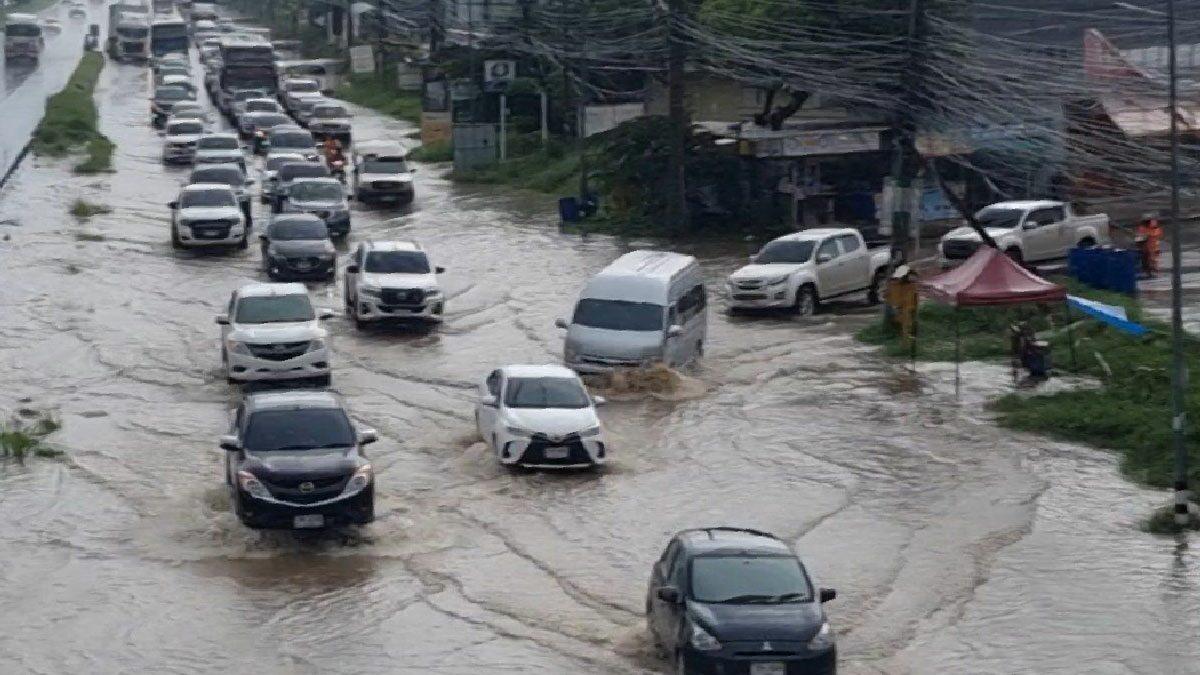 ฝนถล่มโคราช น้ำท่วมถนนมิตรภาพ รถติดยาวกว่า 2 กม. รถเล็กสัญจรลำบาก