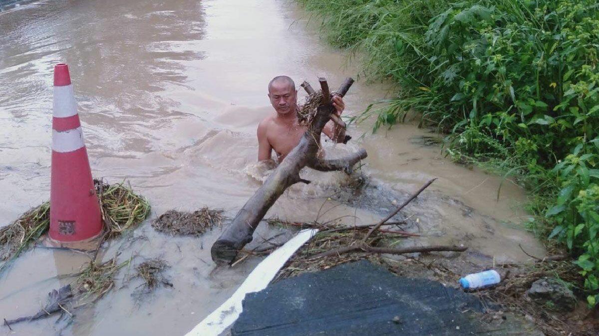 ชาวบ้านชื่นชม นายดาบตำรวจถอดเครื่องแบบ ลุยลอกเศษขยะ อุดตันท่อ ทำน้ำท่วมถนน