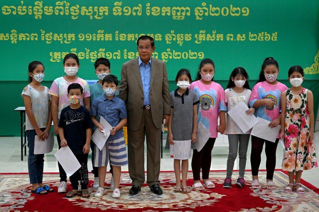 สมเด็จฯฮุนเซน พาหลานๆ ฉีดวัคซีนซิโนแวค ประเดิมเปิดแคมเปญฉีดวัคซีนกลุ่มเด็ก 6-11 ปี