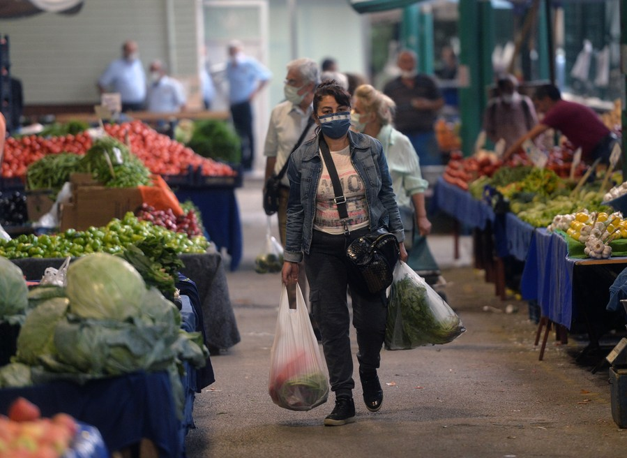 ชาวตุรกีสวมแมสก์เดินตลาดในกรุงอังการา