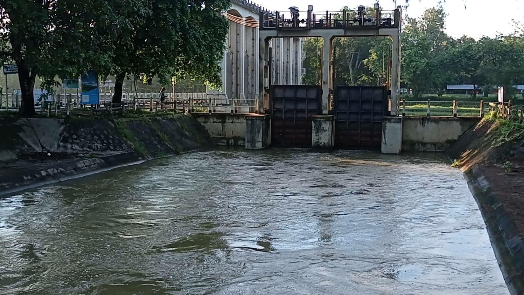 เขื่อนพิมายเร่งติดตั้งเครื่องผลักดันน้ำ ป้องกันน้ำล้นตลิ่งท่วมบ้านเรือนประชาชน
