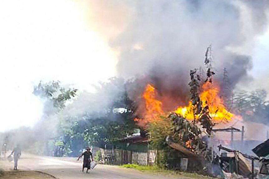 รัฐบาลพม่าโวยฝ่ายต่อต้าน ปาระเบิดใส่จนท. ชาวบ้านผวาถูกทหารเผาบ้าน
