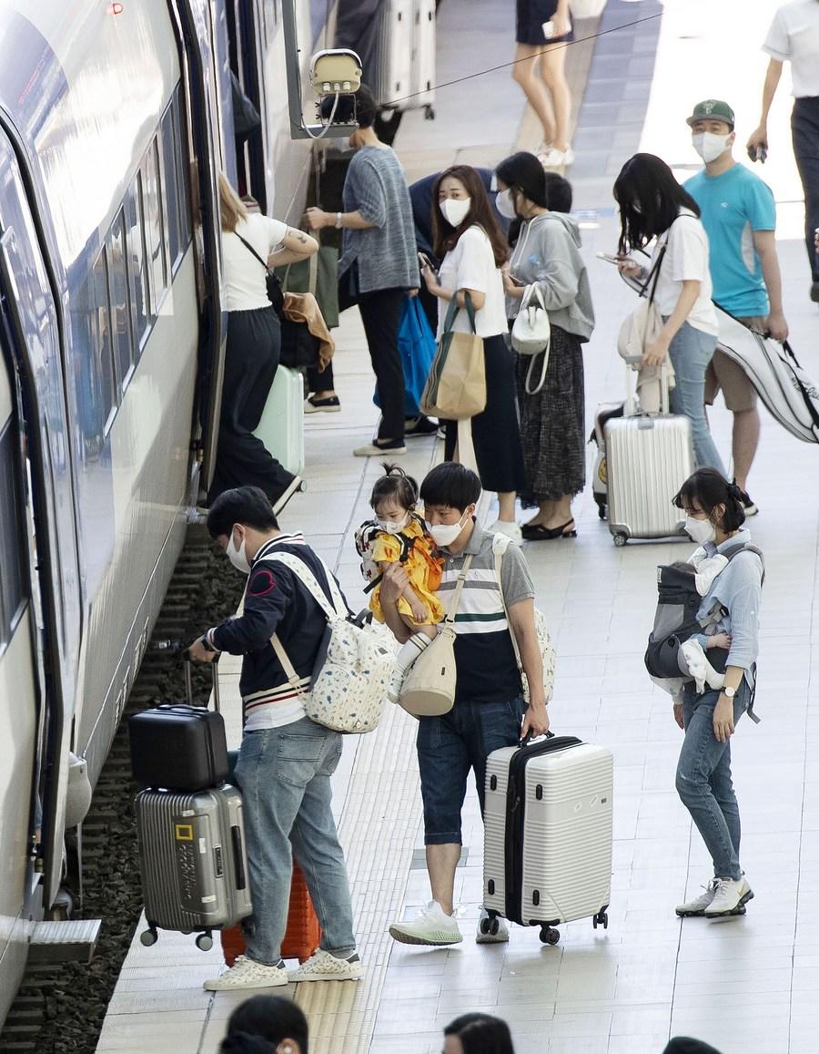 ชาว 'เกาหลีใต้' ขึ้นรถไฟกลับบ้านฉลอง 'เทศกาลชูซอก'