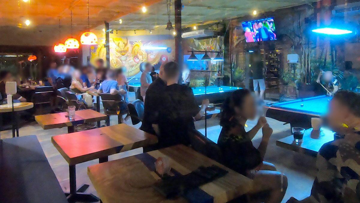 บุกจับร้านกลางเกาะสมุย แอบขายเบียร์ใส่แก้วกาแฟ ให้นักท่องเที่ยวแทงพูล