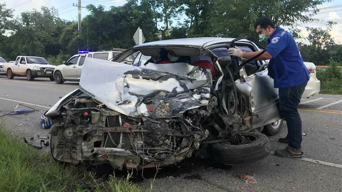 สุดสลด หนุ่มวัย 36 ขับเก๋งส่ายไปมา พุ่งข้ามเลนชนกระบะ ดับคาที่ คู่กรณีเจ็บ 4
