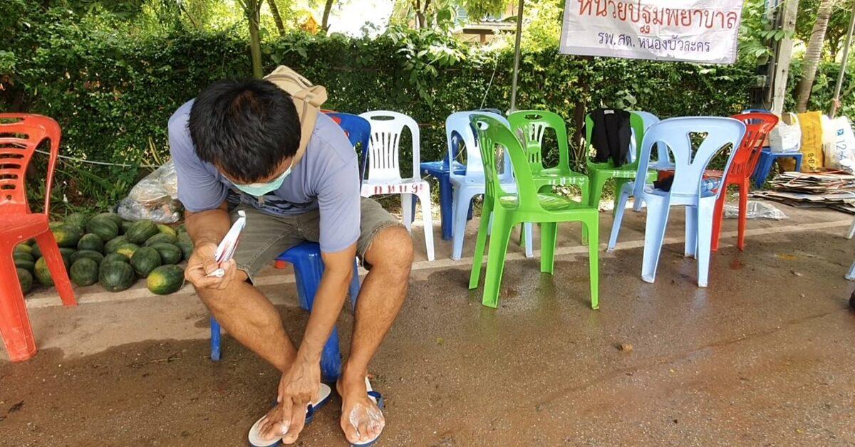 หมู่บ้านเหนืออ่างลำเชียงไกรตอนล่าง โดนน้ำท่วมขังกว่าสัปดาห์ ชาวบ้านเริ่มป่วยน้ำกัดเท้า จนท.จัดยาบริการ