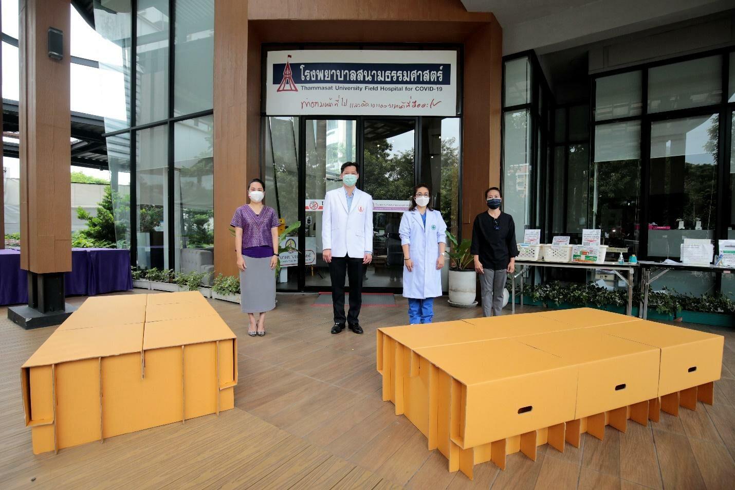 ประธานสภาวัฒนธรรมไทย-จีนฯ และเครือมติชน มอบเตียงสนามกระดาษให้ รพ.สนามธรรมศาสตร์ รองรับผู้ป่วยโควิด