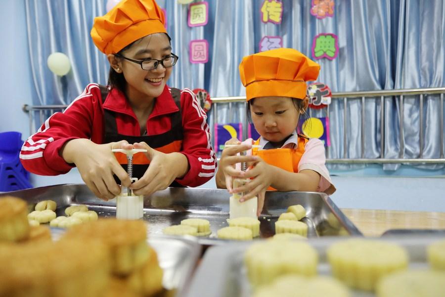 หนูน้อยชาวจีนฝึกทำ 'ขนมไหว้พระจันทร์'