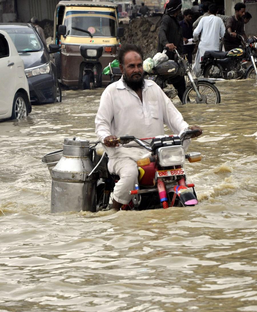 ฝนตกหนักในปากีสถาน น้ำท่วมขัง-จราจรติดขัด
