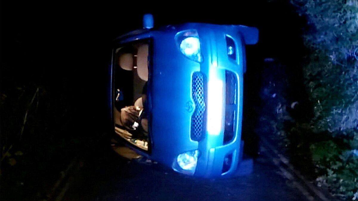 คู่รักเอาท์ดอร์แรงสนั่น รถสะเทือนจนปลดเบรกมือ ไหลลงเนิน-พลิกตะแคงข้าง