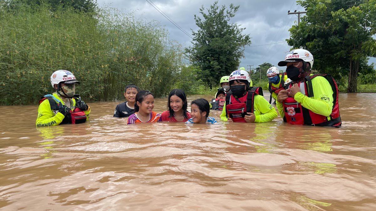 เนินมะปราง น้ำสูงขึ้นไม่หยุด โรงเรียน-วัด ท่วมยับ 1-2 เมตร