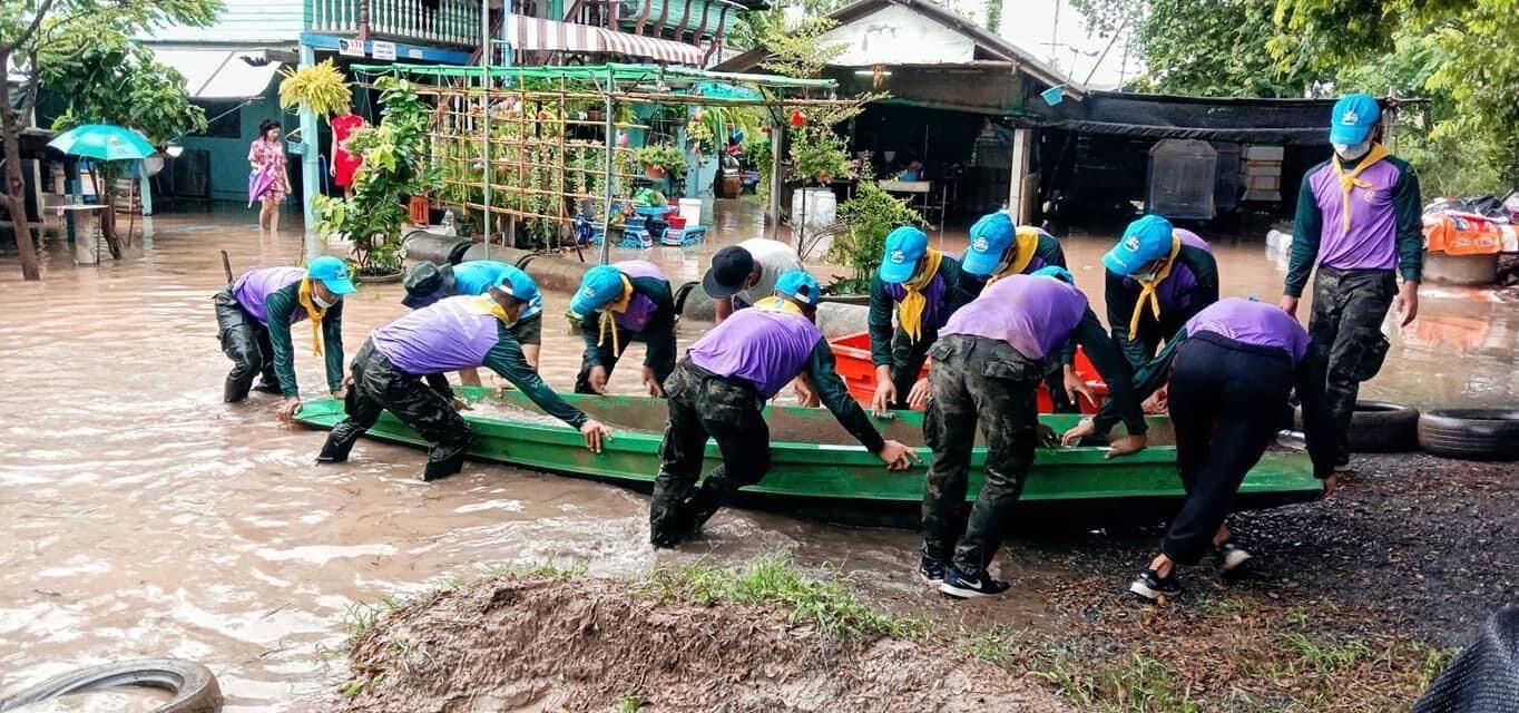 พล.1 รอ.ลุยช่วยชาวอ่างทองประสบเหตุน้ำท่วม