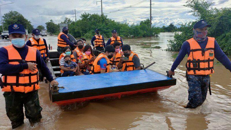 นพค.16 จัดเรือ-รถรับส่งปชช.เพชรบูรณ์จากเหตุน้ำท่วม พร้อมช่วยข้นสิ่งของขึ้นที่สูง