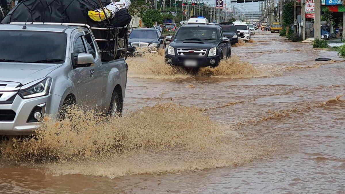 น้ำป่าหลากท่วมเมืองลพบุรี จมสูงครึ่งเมตร ชาวบ้านวุ่น-เร่งขนย้ายของขึ้นที่สูง