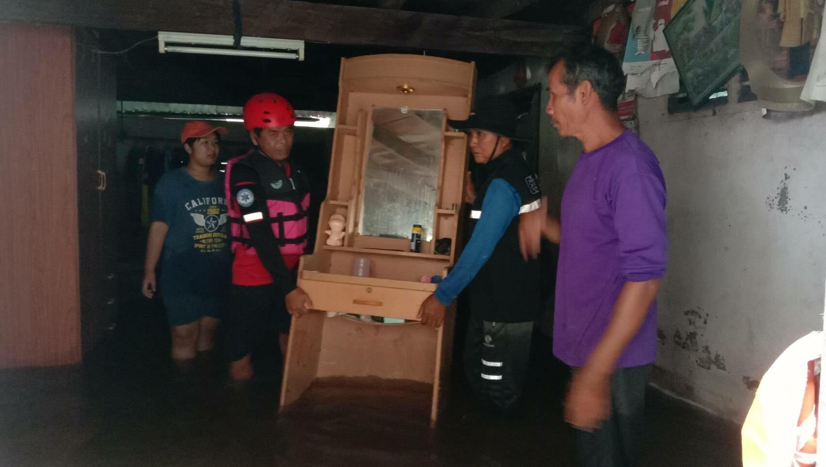 กู้ภัยเร่งอพยพชาวบ้าน-ย้ายสิ่งของ หลังน้ำทะลักท่วมหมู่บ้านในโนนสูง สถานการณ์น่าเป็นห่วง