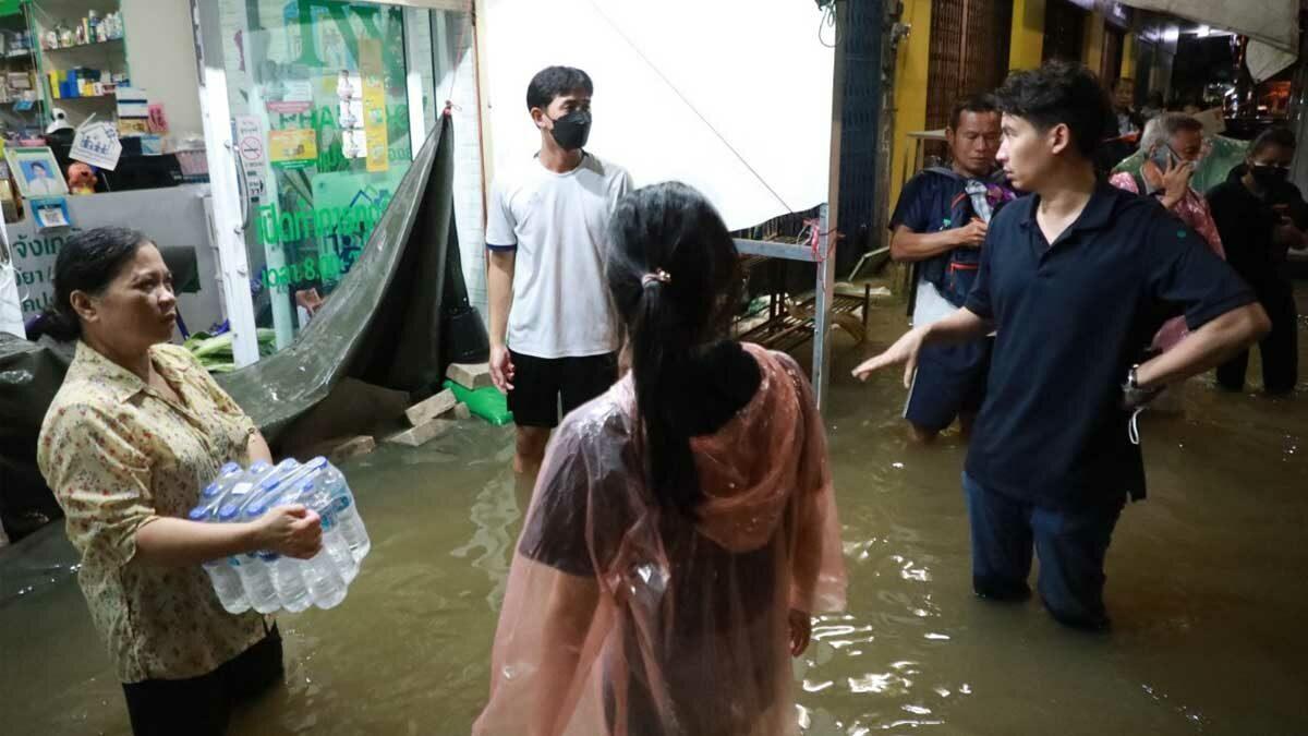 'พิธา' นำทีมก้าวไกลลงพื้นน้ำท่วมชัยภูมิ มอบสิ่งของช่วยเหลือปชช. เตือนรบ.ไม่ประมาท