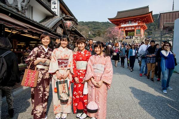 Kimono_Anotai Yuthongcome_Shutterstock.com