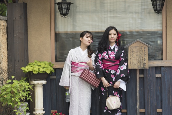 Kimono_Chokniti Khongchum_Shutterstock.com
