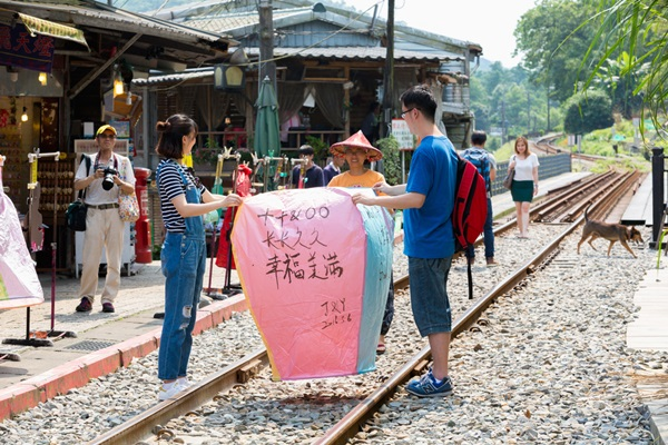 pingxi-sky-lantern-festival_2p2play_shutterstock-com