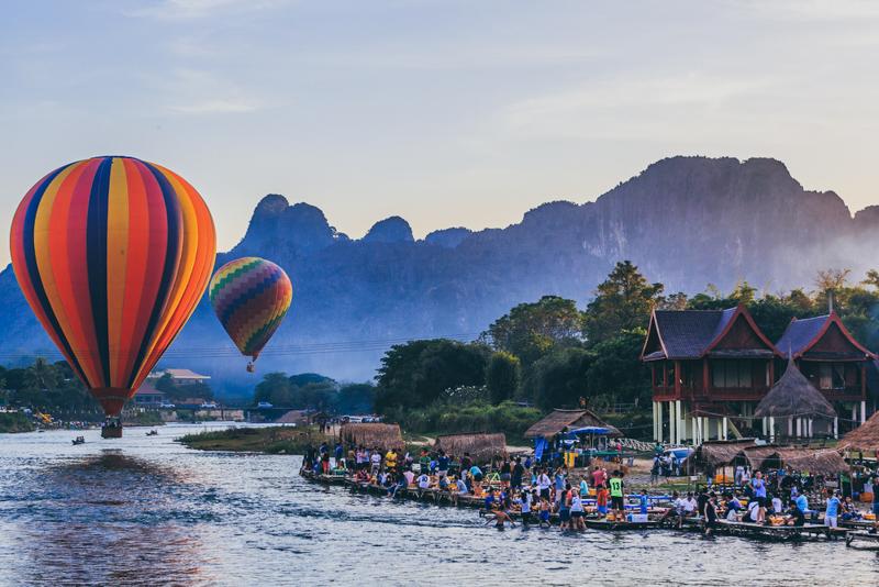 Balloon over Song river