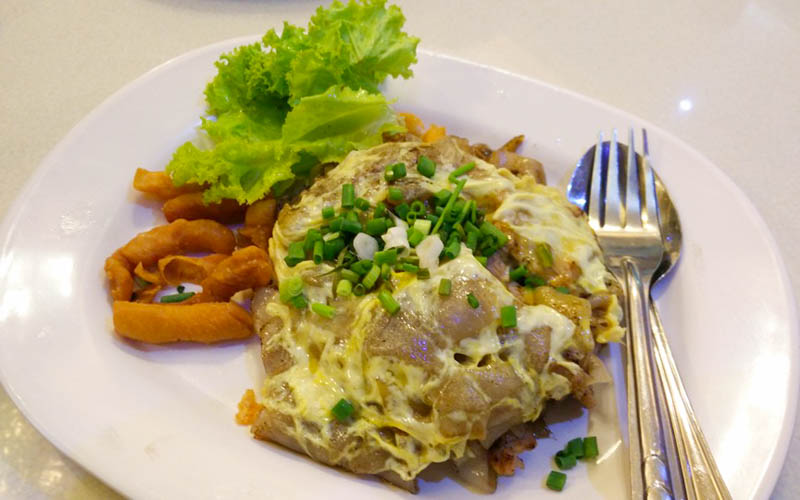 Fried Rice Noodles with Chicken Bangkok