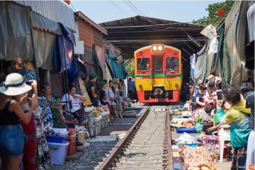 นั่งรถไฟเที่ยว ตลาดร่มหุบเที่ยวใกล้กรุงเทพ