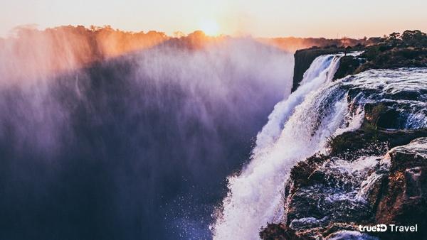 """""""สระว่ายน้ำของปีศาจ"""" เป็นแหล่งน้ำตามธรรมชาติที่อยู่ชั้นบนสุดของน้ำตก Victoria Fall ประเทศแซมเบีย"""