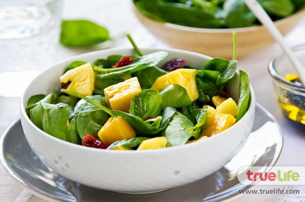 น่าลอง! สลัดมะม่วงผักโขม เมนูคลีนๆ ทำง่าย ไม่ต้องกลัวอ้วน!