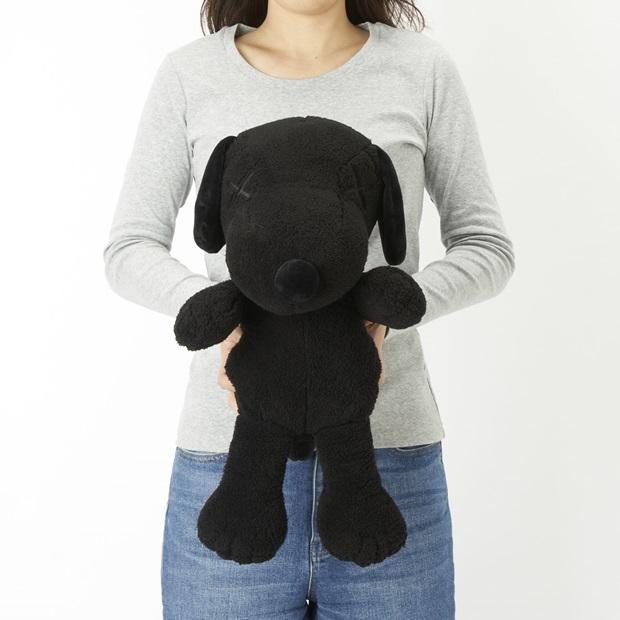 ยูนิโคล่ เอาใจสายสตรีท อวดโฉมเสื้อยืดสนูปปี้สีดำสุดคูล UT KAWS x PEANUTS
