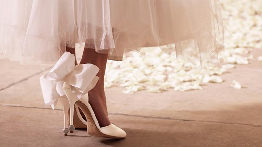 แพงมาก! เจ้าสาว เจนี่ วางใจรองเท้าวันแต่งงาน สีขาวหรูประดับคริสตัล สัญชาติฝรั่งเศส Roger Vivier