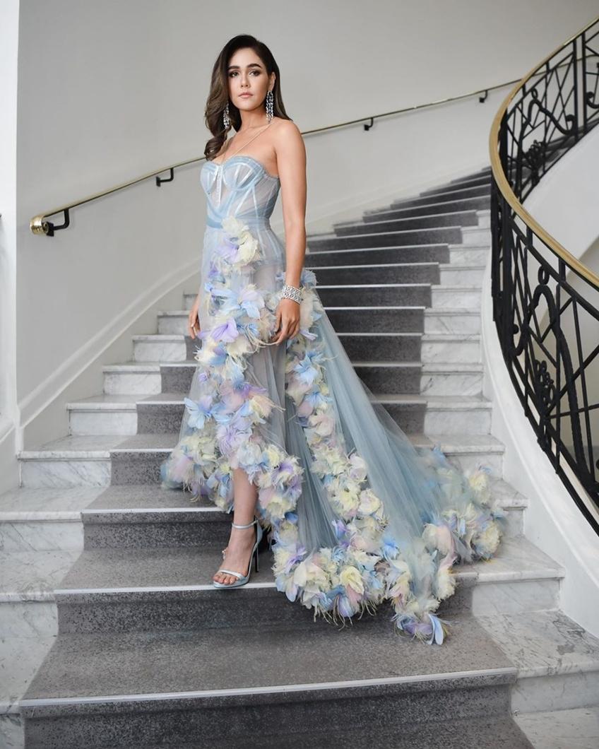 ชมพู่ อารยา ในชุดเดรสสวยหวานจาก Atelier Versace บนพรมแดงคานส์วันที่ 2