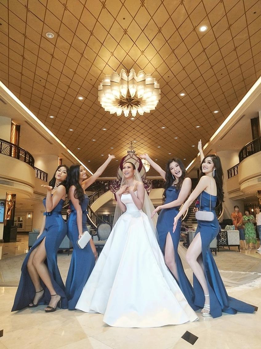 รวมจักรวาลในชุด POEM ! ส่องชุดแต่งงาน นิ้ง โศภิดา และเพื่อนเจ้าสาวสวยสง่าในชุดจาก POEM